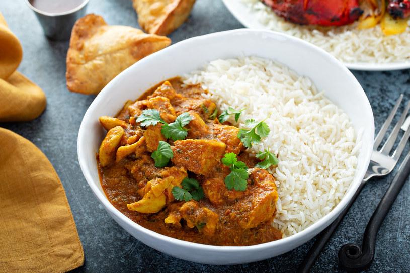 Kurczak curry najlepiej komponuje się z ryżem /123RF/PICSEL