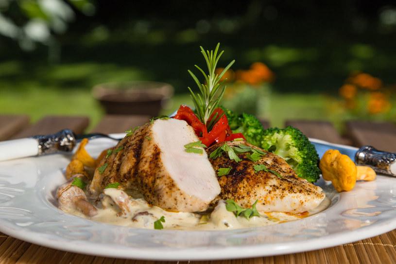 Kurczak i grzyby to świetne połączenie na smaczny obiad /123RF/PICSEL