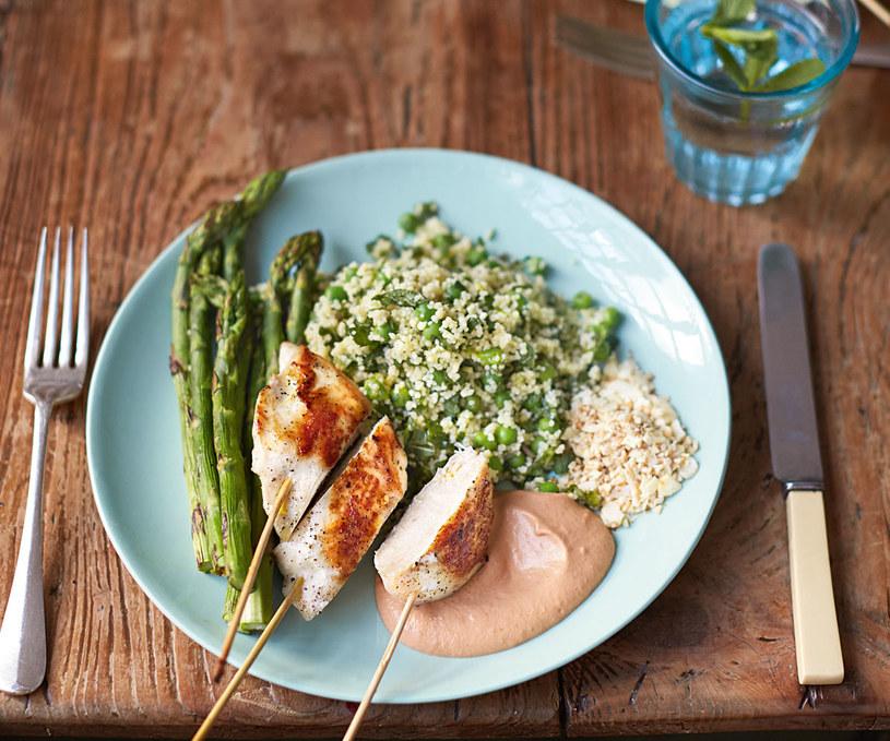 kurczak na patyku z miętowo-groszkowym kuskusem i przypieczonymi szparagami, fot. Jamie Olivier /materiały prasowe