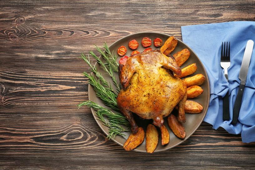 Kurczak pieczony na butelce to naprawdę widowiskowe danie, a efektem jest wilgotne, pyszne mięso. /123RF/PICSEL