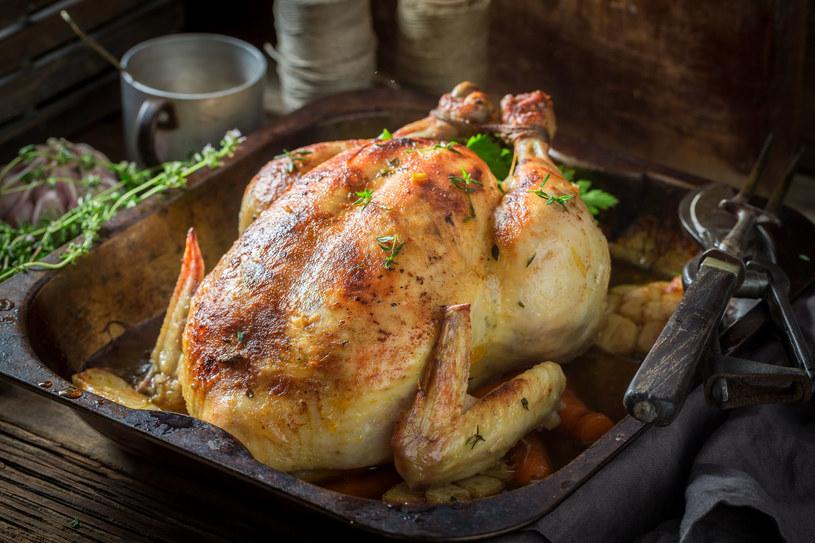 Kurczak pieczony w tymiankowym maśle zachwyci smakiem wszystkich gości /123RF/PICSEL
