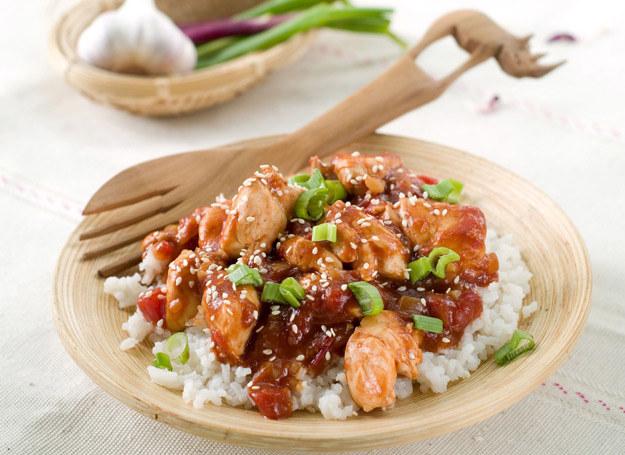 Kurczak w sosie sojowym smakuje lekko orientalnie. /123RF/PICSEL