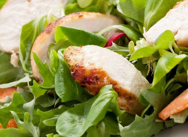 Kurczak w towarzystwie sałat to sposób na szybką kolację /123RF/PICSEL