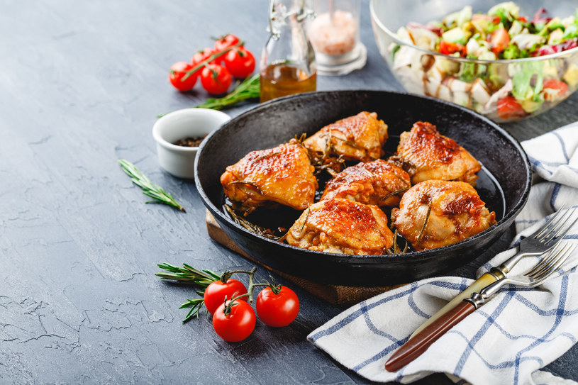 Kurczak z pomidorami i rozmarynem /123RF/PICSEL
