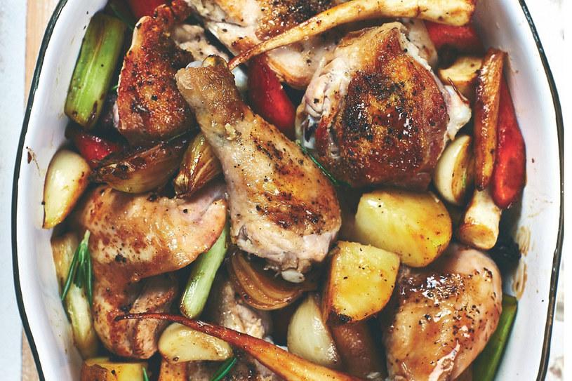 Kurczak z sosem cebulowym i brukselką /materiały prasowe