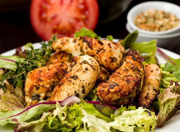 Kurczaka podawaj z sałatką /123RF/PICSEL