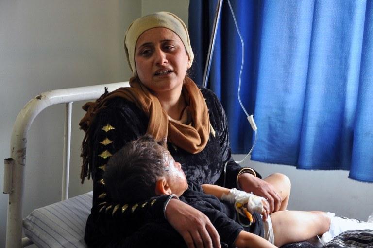 Kurdyjka z dzieckiem w szpitalu po nocnym ataku /DELIL SOULEIMAN / AFP /AFP