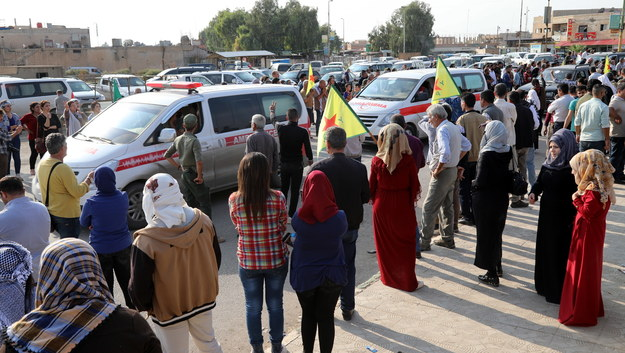 Kurdyjscy bojownicy i cywile wycofują się z miasta Ras al-Ajn /AHMED MARDNLI /PAP/EPA