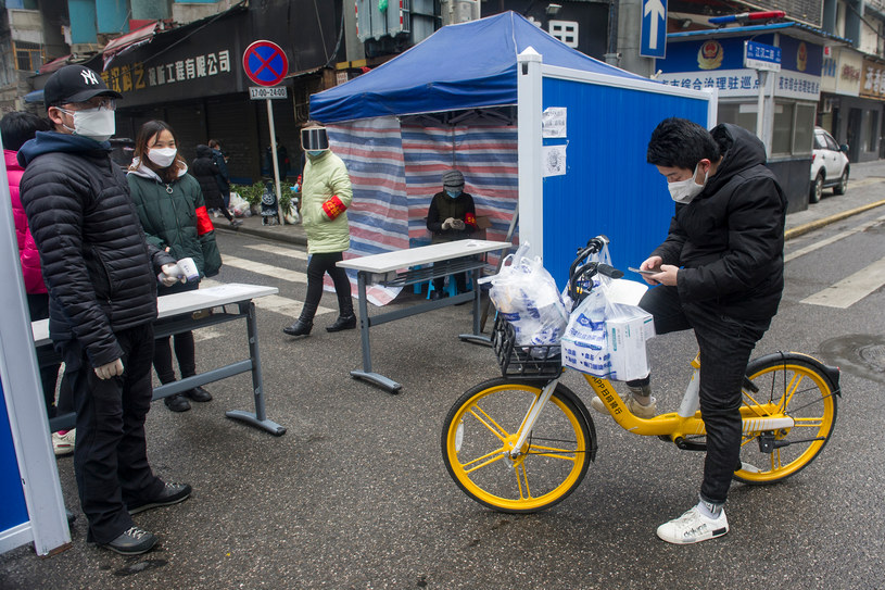 Kurier dostarcza leki do objętej kwarantanną prowincji Hubei w Chinach /AFP