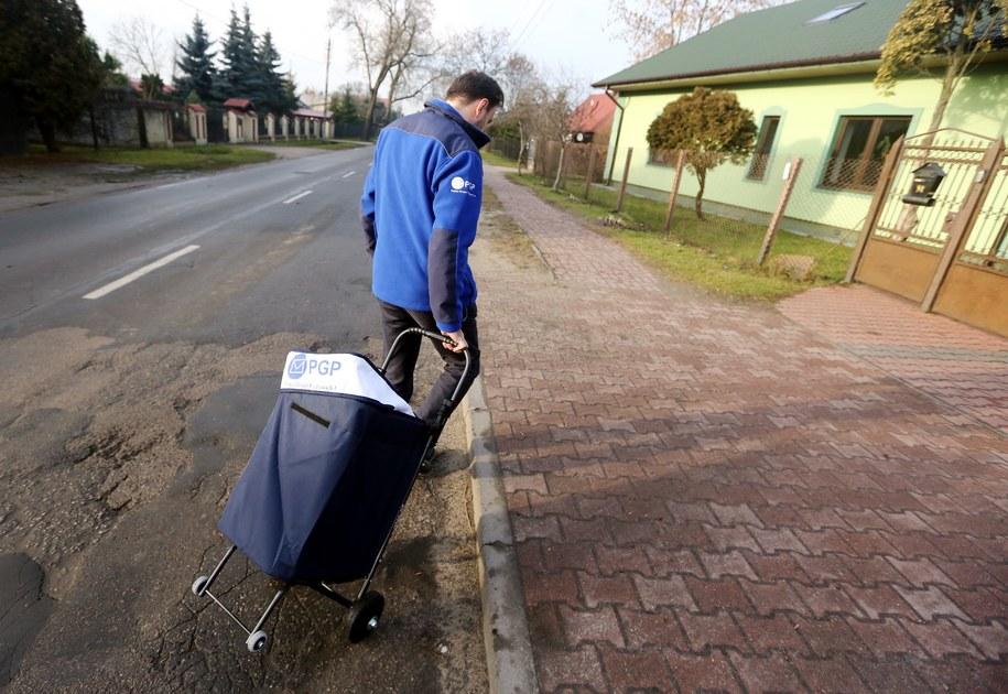 Kurier Polskiej Grupy Pocztowej, która zajmuje się dostarczaniem korespondencji z sądów /Tomasz Gzell /PAP