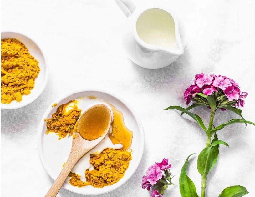Kurkuma, mód i olej kokosowy to doskonale składniki domowych maseczek /123RF/PICSEL