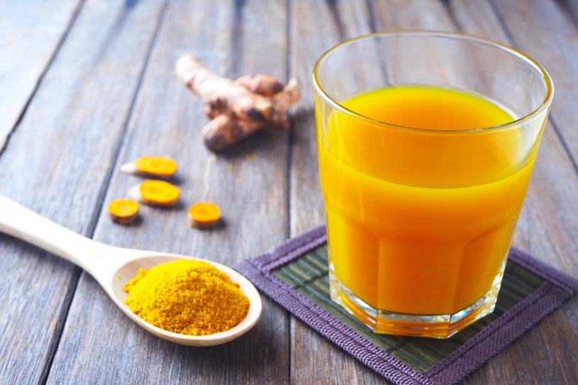 Kurkumę możesz stosować do wielu potraw i przygotowywac z niej napoje /123RF/PICSEL