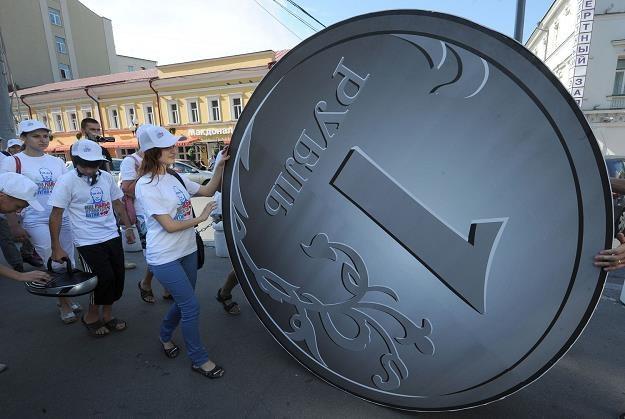 Kurs rubla w piątek spadł do najniższego poziomu w historii /AFP