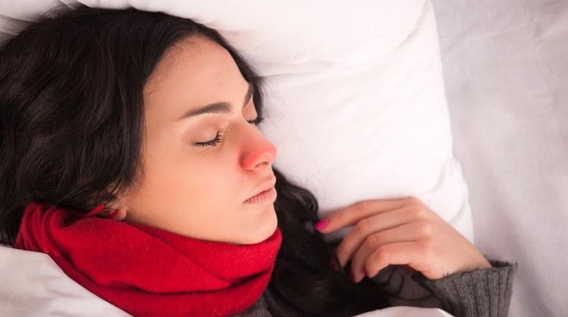 Kuruj się leżąc w łóżku /©123RF/PICSEL