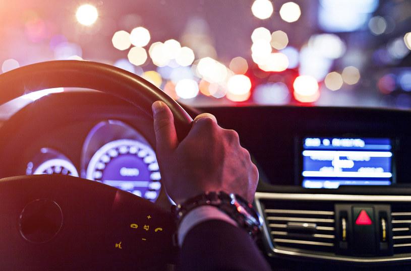 Kurza ślepota bywa bardzo niebezpieczna dla osób, które muszą prowadzić nocą /123RF/PICSEL