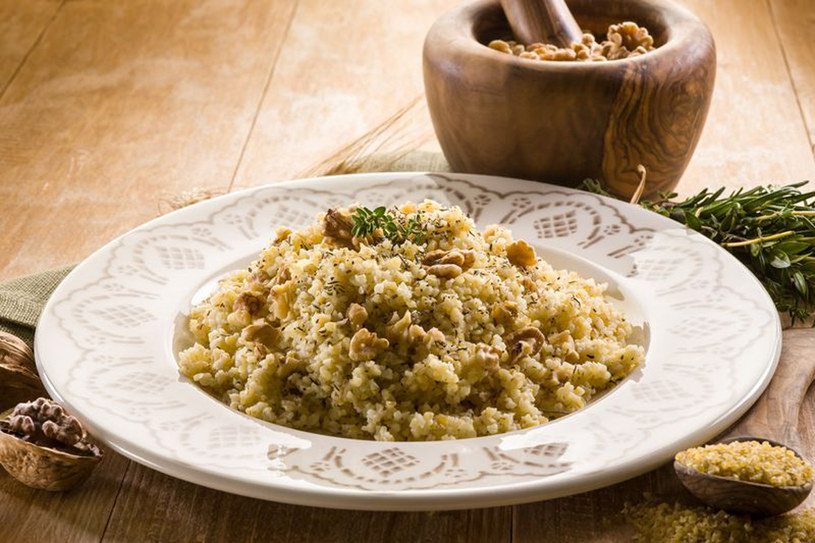 Kuskus z oliwą, orzechami i świeżymi ziołami jest smaczny solo oraz jako dodatek do mięs /123RF/PICSEL