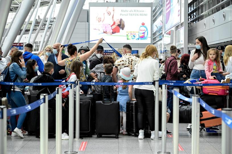 Kwarantanna dla niezaszczepionych podróżujących spoza strefy Schengen trwa 10 dni /PAP/EPA/SASCHA STEINBACH /PAP