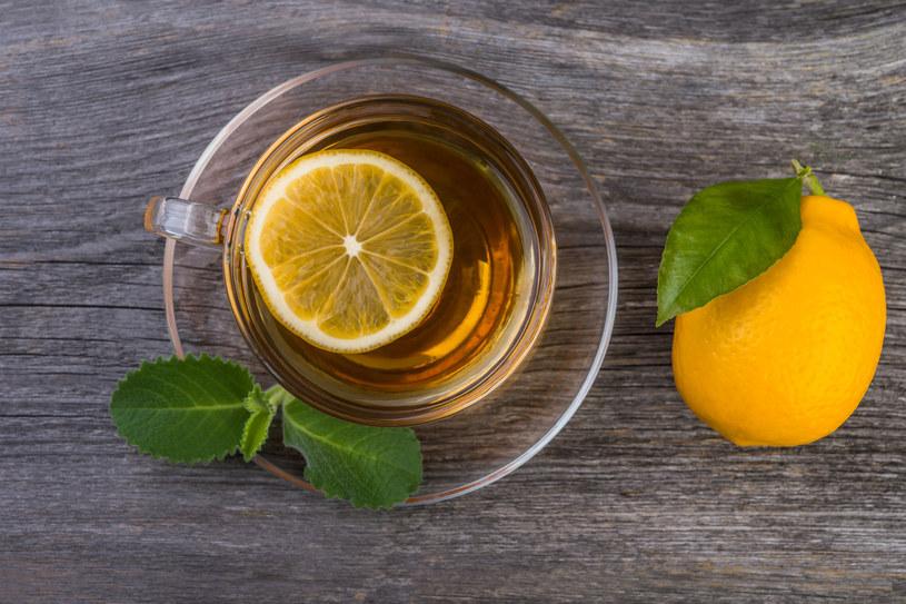 Kwas cytrynowy w kontakcie z liśćmi herbaty powoduje powstanie szkodliwego dla mózgu cytrynianu glinu. /123RF/PICSEL