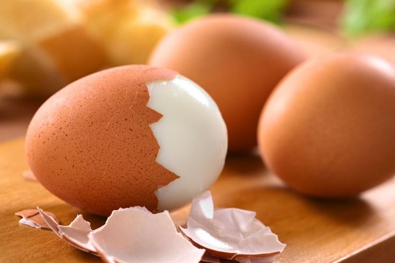 Kwas foliowy obecny w jajkach wzmacnia i odżywia włosy /123RF/PICSEL
