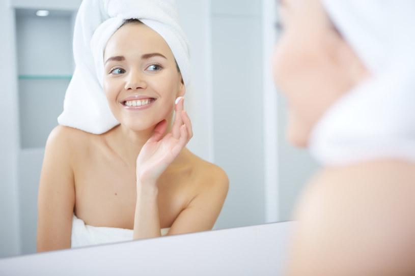 Kwas hialuronowy koi skórę oraz łagodzi podrażnienia /123RF/PICSEL
