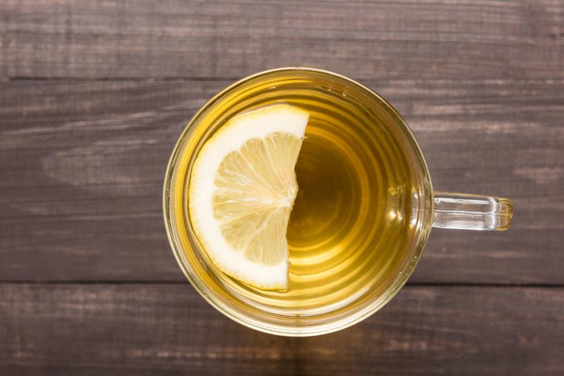 Kwaśne napoje wspomagają pracę wątroby, co pomaga oczyszczać organizm z toksyn /123RF/PICSEL