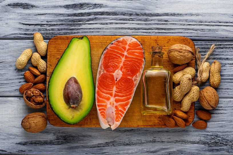 Kwasy omega-3, ważne dla prawidłowej pracy mózgu, organizm najlepiej przyswaja z diety. Chcesz mieć dobrą pamięć? Jedz ryby morskie, orzechy, zamiast masła używaj olejów roślinnych. /123RF/PICSEL