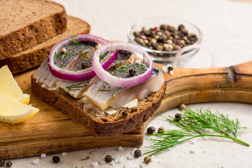 Kwasy tłuszczowe w śledziach obniżają poziom cholesterolu /©123RF/PICSEL