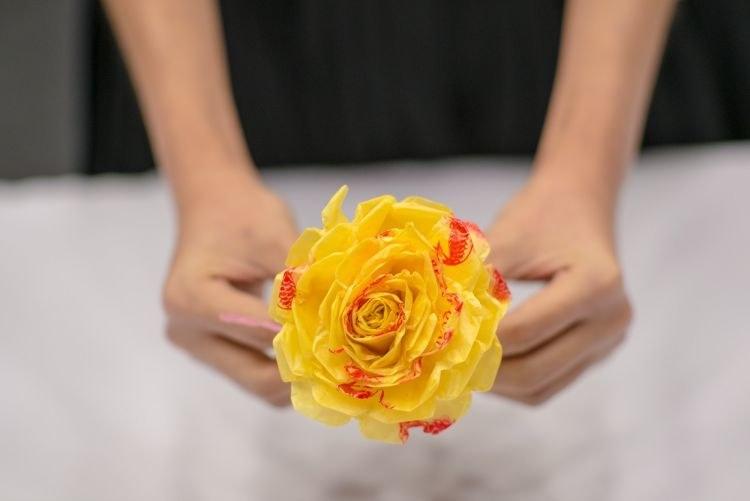 kwiatek z reklamówek /© Photogenica