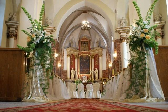 Kwiatowe ozdoby kościele to obecnie już standard /Zielona Fabryka /Magazyn Wesele