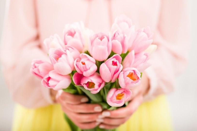 Kwiaty i biżuteria podkreślą charakter Dnia Kobiet /123RF/PICSEL