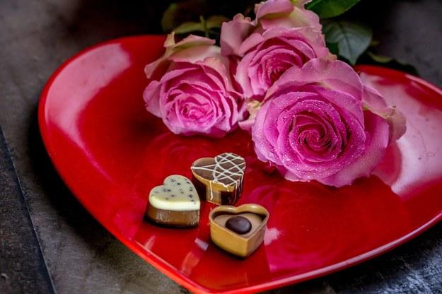 Kwiaty i czekoladki - idealny prezent na Dzień Matki /foto. pixabay /
