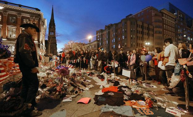Kwiaty i koszulki w miejscu, w którym doszło do eksplozji /AFP