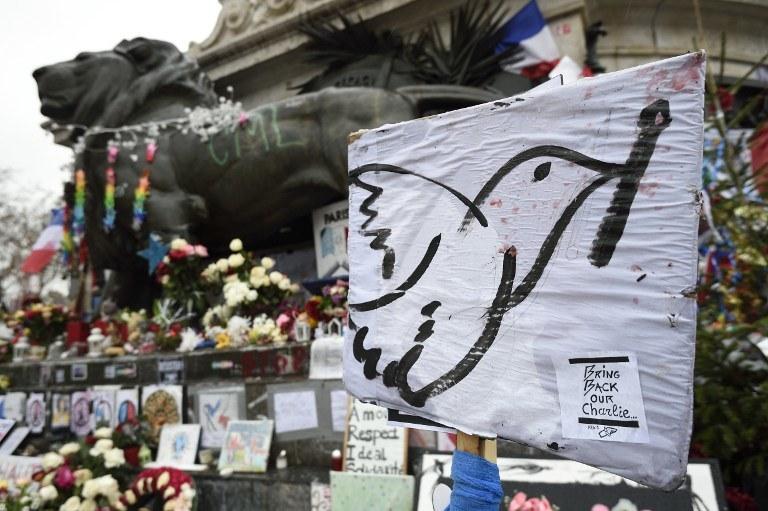 Kwiaty i znicze ku pamięci ofiar zamachu w Paryżu, zdj. ilustracyjne /ERIC FEFERBERG / AFP /AFP