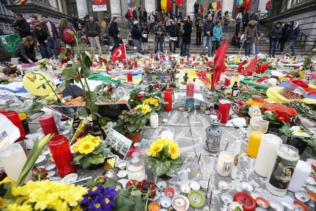 Kwiaty i znicze na placu de la Bourse w Brukseli. /JULIEN WARNAND /PAP/EPA