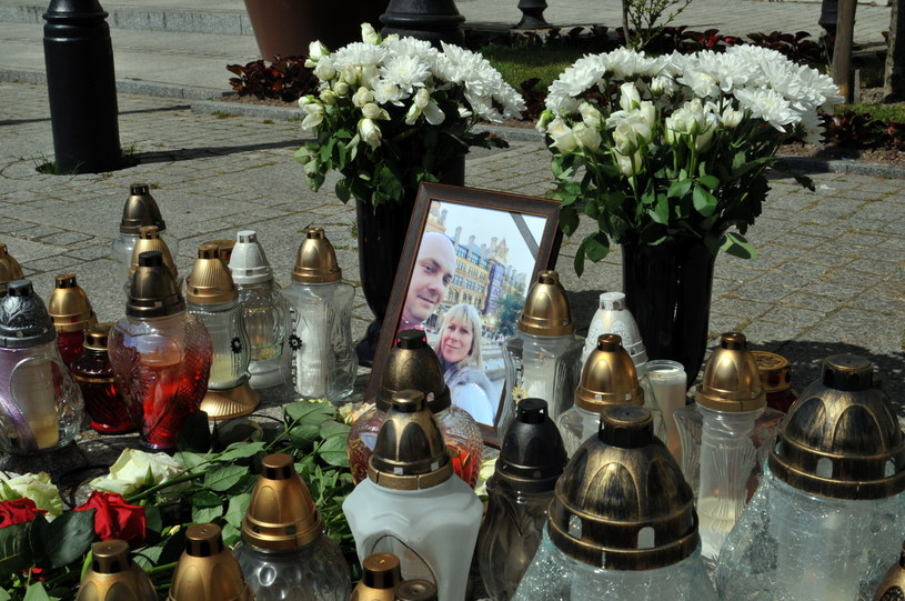 Kwiaty i znicze na rynku w Darłowie, przy zdjęciu ofiar zamachu terrorystycznego w Manchesterze /Marcin Bielecki /PAP