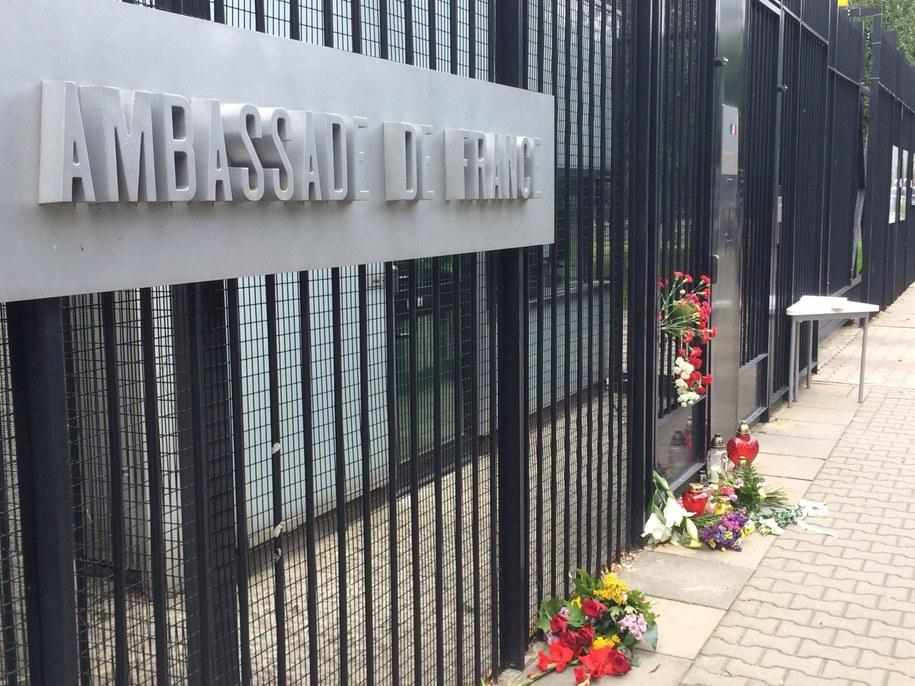 Kwiaty i znicze pod amasadą Francji w Warszawie /Patryk Serwanski /RMF FM