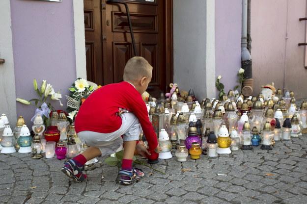 Kwiaty i znicze przed księgarnią w Kamiennej Górze /Aleksander Koźmiński /PAP