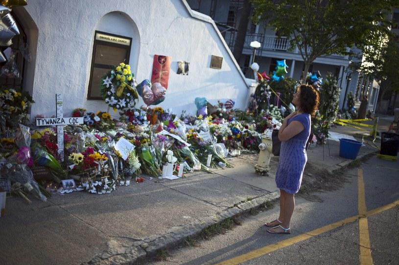 Kwiaty i znicze przed miejscem zbrodni /PAP/EPA