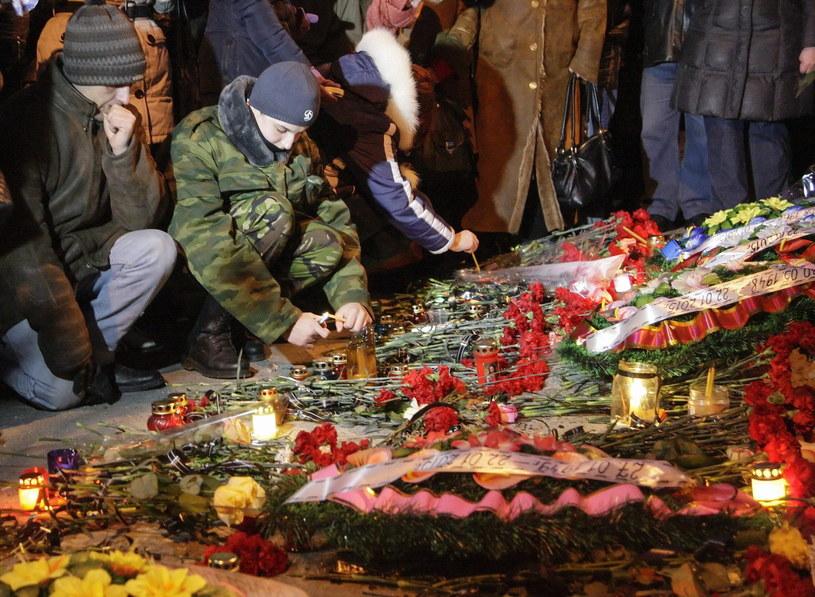 Kwiaty i znicze upamiętniające ofiary ataku na przystanek w Doniecku /ALEXANDER ERMOCHENKO /PAP