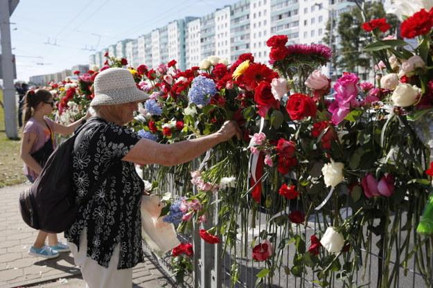 Kwiaty na miejscu, gdzie zginął jeden z protestujących /TATYANA ZENKOVICH  /PAP/EPA