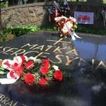 Kwiaty na wileńskiej Rossie z okazji święta Konstytucji 3 Maja