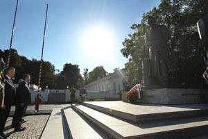 Kwiaty od prezydenta przed pomnikiem Piłsudskiego