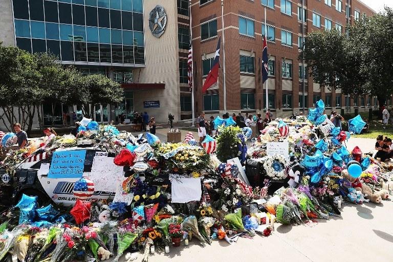 Kwiaty pod komisariatem w Dallas /SPENCER PLATT / GETTY IMAGES NORTH AMERICA / AFP /AFP