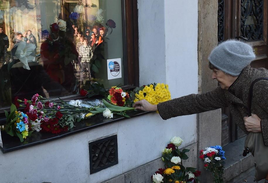 Kwiaty przed Konsuletem Republiki Francji w Krakowie /Jacek Bednarczyk /PAP