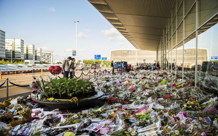 Kwiaty przed wejściem na lotnisko Schiphol /REMKO DE WAAL /PAP/EPA
