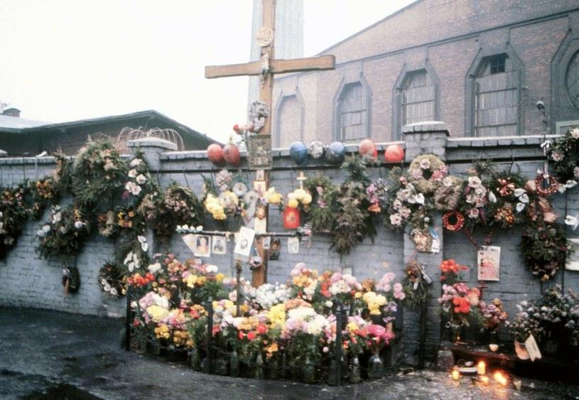 Kwiaty w pierwszą rocznicę tragedii (1982 r.) /W. Laski /East News