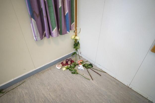 Kwiaty w pomieszczeniu kafeterii w budynku należącym do Partii Prawy na wyspie Utoya /Hakon Mosvold Larsen /PAP/EPA
