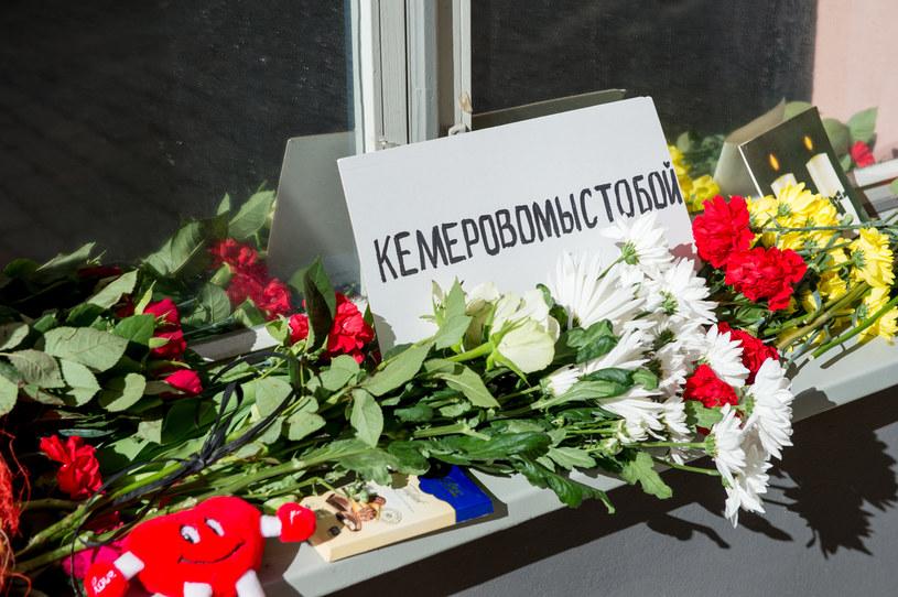Kwiaty złożone ku pamięci ofiar. /AFP