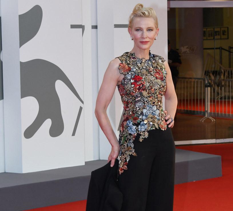 Kwiecisty top od Alexandra McQueena był natomiast częścią kreacji, w której aktorka zjawiła się rok później na rozdaniu nagród BAFTA /Gigi Iorio /East News