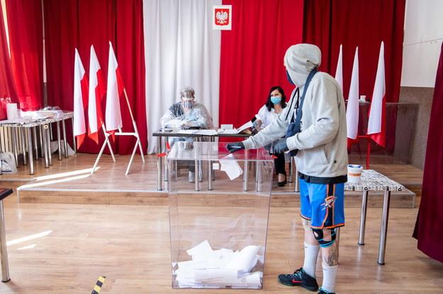 Kwietniowe głosowanie w wyborach na burmistrza w Aleksandrowie Kujawskim / Tytus Żmijewski    /PAP